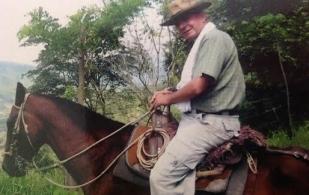 Ramiro Camacho, ganadero de Caparrapí, dificultades, cruces con pardo suizo con cebú blanco y simmental y holstein, bajó calidad, produce leche, bajó producción, factores externos, seguridad, aftosa, altas tasas de interés, importaciones, TLC, CONtexto Ganadero, noticias de ganadería colombiana.