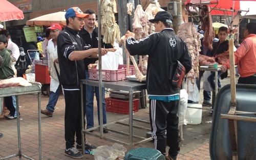 Venta de carne en la calle.