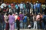 Fotografía de un grupo de campesinos desplazados en un parque de Santa Rosas de Osos, en el municipio de Antioquia, Colombia. RAUL ARBOLEDA / AFP