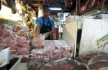 Un hombre apila carne en un mercado municipal.  © AFP Antonio Scorza