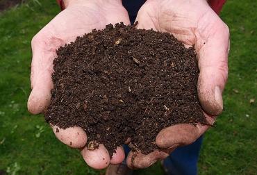 Produzca su propio compost a bajo costo, elementos fertilizantes, Compost, fertilizantes minerales, Organización de las Naciones Unidas para la Alimentación y la Agricultura, FAO, materia orgánica, condiciones aeróbicas, restos de poda, de cosecha, de post-cosecha, estiércol, Pasto, fruta caída, fitotoxicidad, bloqueo biológico del nitrógeno, hambre de nitrógeno, reducción de oxígeno radicular, exceso de amonio, nitratos en las plantas, contaminación de fuentes de agua, Material compostable, Materiales comp
