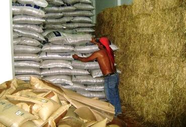 El lunes entró en funcionamiento esta bodega con suplementos alimenticios como melaza, heno y Mezclagán. Foto: Archivo.