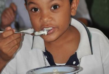 Niños de escasos recursos reciben arroz de leche