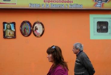 Transeúntes caminan por una calle de Boyacá, en las afueras de Bogotá en septiembre de 2010  © AFP/Archivo Rodrigo Arangua