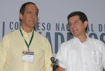 José Félix Lafaurie, presidente ejecutivo de Fedegán (d) y el ministro de Agricultura y Desarrollo Rural, Juan Camilo Restrepo