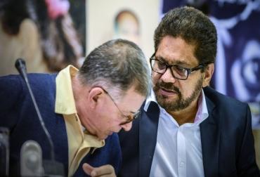 Los delegados de las FARC Iván Márquez (D) y Rodrigo Granda para los diálogos de paz en La Habana con el gobierno de Colombia  © AFP/Archivo Adalberto Roque